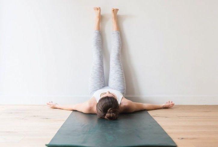 Acostarse con las piernas contra la pared es beneficioso y relajante