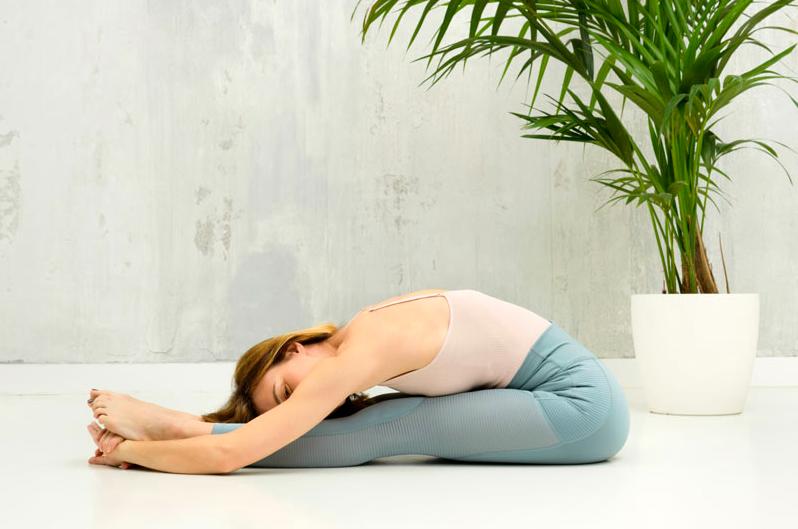7 asanas de yoga que te ayudan a mejorar tu postura si teletrabajas